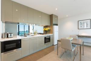 A kitchen or kitchenette at City Tempo - Lonsdale St