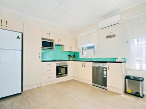 A kitchen or kitchenette at Silver Sands Serenity