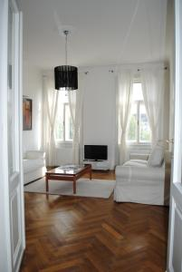 A seating area at Kunsthaus Apartments