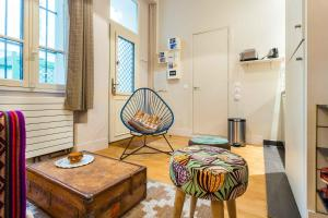 A seating area at Charming apartment - Pigalle