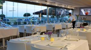 A restaurant or other place to eat at Aparthotel Solifemar