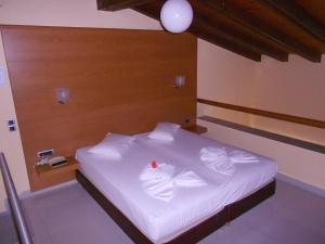 A bed or beds in a room at Golden Sand Suites