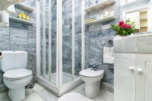 A bathroom at Friendly Rentals Chamberi