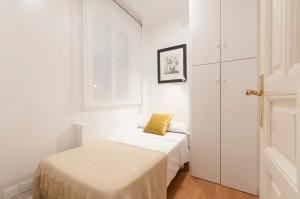 A bed or beds in a room at Friendly Rentals Chamberi