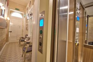 A bathroom at Valletta Apartments 19