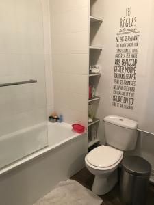 Salle de bains dans l'établissement Belle maison familliale
