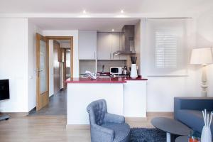 A kitchen or kitchenette at Apartments Barcelona & Home Deco Eixample