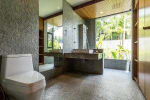 A bathroom at Baan Bua Villa by Railand