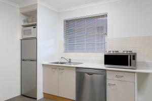 A kitchen or kitchenette at Adina Serviced Apartments Canberra Kingston