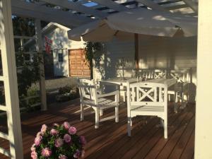 Un restaurante o sitio para comer en Oppheim Holiday Home