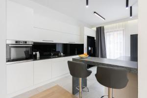 A kitchen or kitchenette at NOVUM APARTMENT RAKOWICKA 100 M2