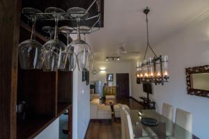 海景配套齊全兩臥室奢華公寓餐廳或用餐的地方