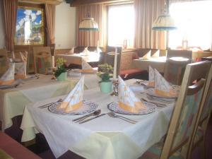 A restaurant or other place to eat at Aparthotel Garni am Johannesbrunnen