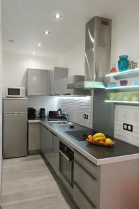 A kitchen or kitchenette at Carré d'or Very nice appart Near the beach