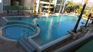 בריכת השחייה שנמצאת ב-סוויטות לה פלמורה או באזור