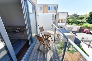 Een balkon of terras bij Superb apt for 6 with balcony, 10mins to East Putney