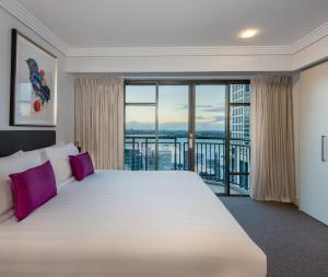 A bed or beds in a room at Avani Metropolis Auckland Residences