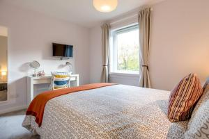 A bed or beds in a room at Scottish Stays - Luxury Apartment in Eyre Place