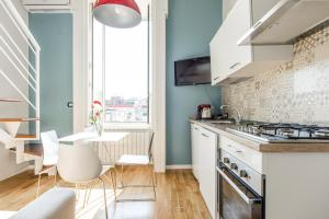 A kitchen or kitchenette at Napoli Flats