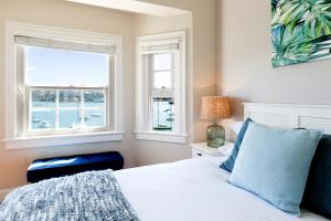 A bed or beds in a room at Spacious art deco apartment with beach views