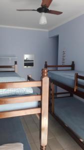 A bunk bed or bunk beds in a room at Apartamento no Varandas de Itaguá