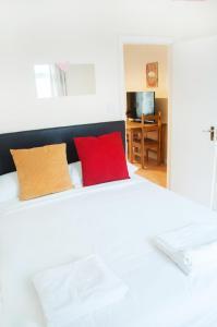 Säng eller sängar i ett rum på SNET Hospitality Kings Cross