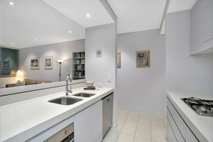 A kitchen or kitchenette at Two Bedroom Apartment Spofforth Street(SPF10)