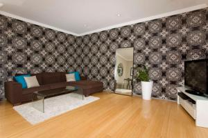 A seating area at Two Bedroom Apartment Wigram Road(GLE20)