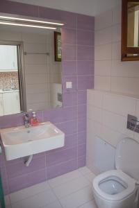 A bathroom at Captain's Studios