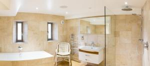 A bathroom at Waternook Lakeside Accommodation