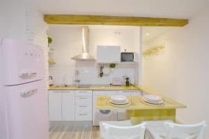 A kitchen or kitchenette at Alisol Apartamento