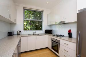 A kitchen or kitchenette at Two Bedroom Apartment Wigram Road(GLE20)