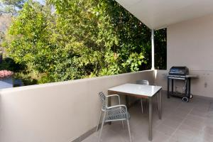 A balcony or terrace at Two Bedroom Apartment Wigram Road(GLE20)