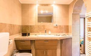 A bathroom at Apartments Musicology Studio-25