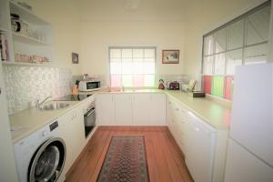 A kitchen or kitchenette at The Grove Cottage