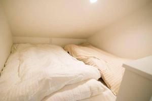 A bed or beds in a room at Fttakuya Apartment in Shinjuku 206