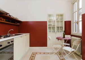 A kitchen or kitchenette at Apart Ponte Vetero in Brera