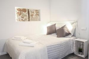 A bed or beds in a room at Stylish Apt Center Malasaña