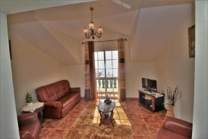 Uma área de estar em Apartamento Achada Hillside & Ocean View