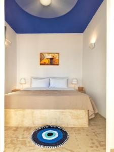 A bed or beds in a room at Psathi Blue Alpha