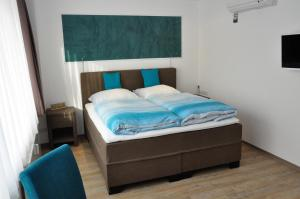 A bed or beds in a room at Apartments am Freizeitpark