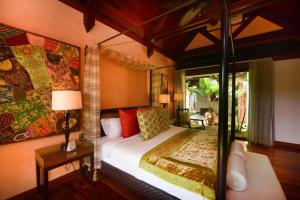 A bed or beds in a room at Sankhara Beachfront Villas