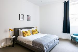 A bed or beds in a room at Stylish 2BR flat right next to the Tate Modern