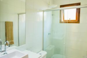 Um banheiro em Atlantica Apartamentos Imbassai