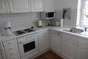 A kitchen or kitchenette at Reetdachhaus Deichkrone