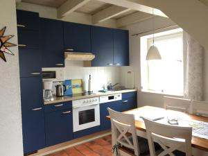 A kitchen or kitchenette at Ferienhaus Meerzeit