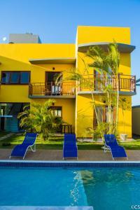 A piscina localizada em Atlantica Apartamentos Imbassai ou nos arredores