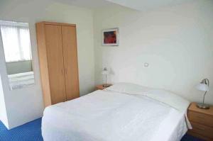 A bed or beds in a room at Appartementen Bergen aan Zee de Schelp
