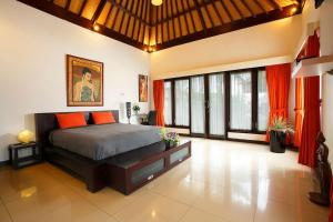 A bed or beds in a room at Villa L'Orange Bali