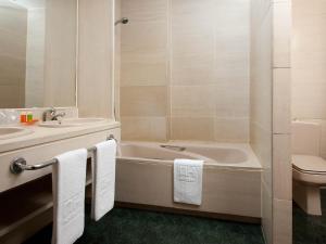 A bathroom at TH Las Rozas